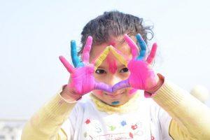 Dziewczynka bawi się, wypełniając kreatywne kolorowanki dla dzieci.