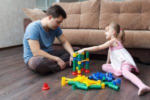 Córka z tatą bawi się kulodromem.
