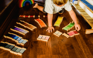 Metoda Marii Montessori rozwija kreatywność.