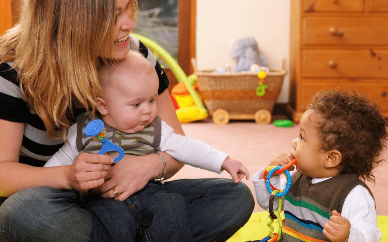 Zabawki interaktywne zabawa z dziećmi.