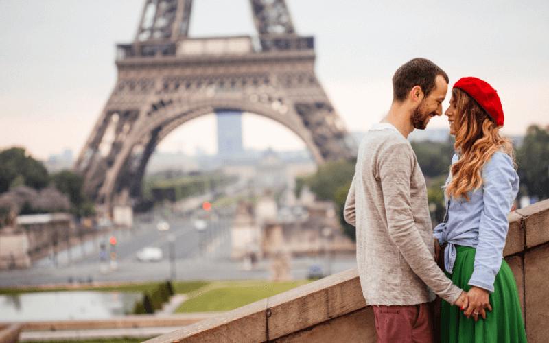 Zakochany Paryż - para na tle Wieży Eiffla.